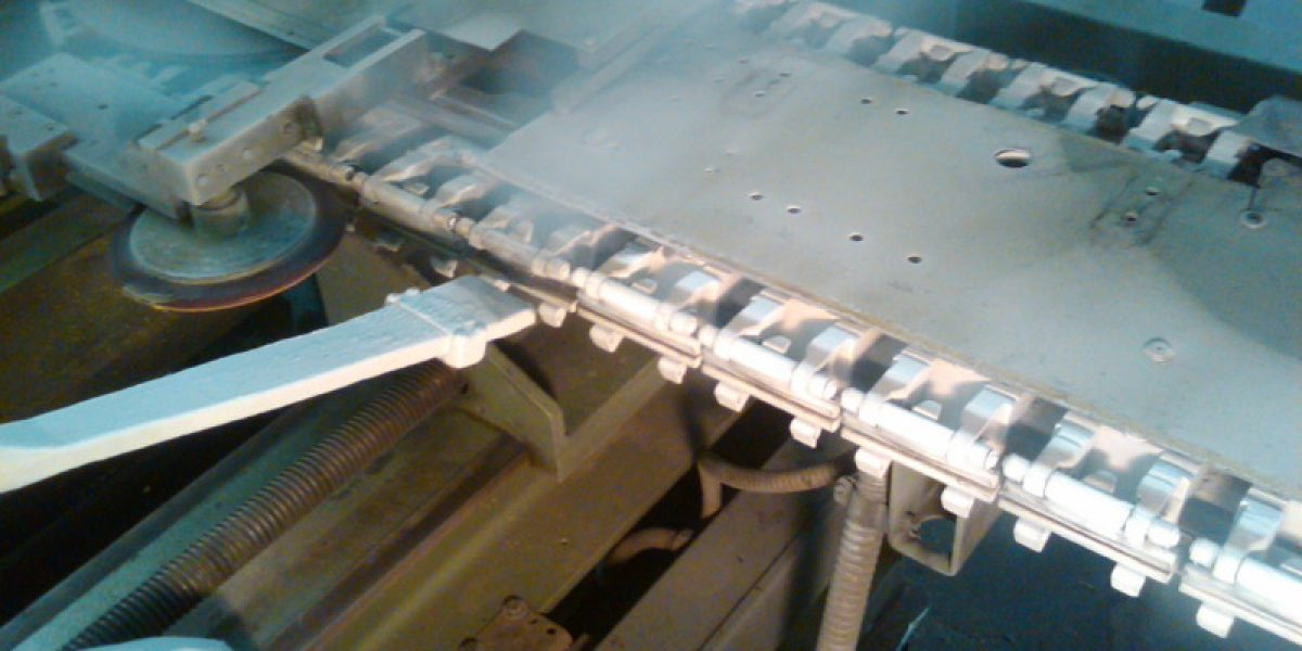 Tenter clip conveyer cleaning with dry ice blasting
